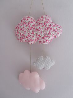 Suspension/Mobile Trois Nuages Liberty et Lin Rose Nina Mobiles, Baby Cot Bumper, Kids Bedroom Storage, Nursery Bunting, Coin Couture, Diy Garland, Baby Bedroom, Sewing Accessories, Little Girl Rooms