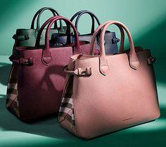 La maison inglese Burberrypopola la sua collezione borse estiva 2015, con modelli di bauletti, mini bag e borse a tracolla che si vestono di tinte pastello a cui si avvicendano modelli percorsi da...