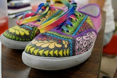 Craft Idea for Zoey's B-day party This pair of shoes was inspired by Zentangles. cheap pair of canvas shoes and decorated with sharpie. They look so fun! Doodle Shoes, Zentangle Patterns, Zentangles, Sharpie Shoes, Sharpie Crafts, Hand Painted Shoes, Colorful Shoes, Shoe Art, Diy Clothing
