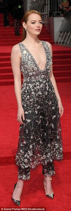 Emma Stone at the BAFTAs 2017 in Chanel couture Bafta Red Carpet, Celebrity Red Carpet, Celebrity Dresses, Celebrity Style, Star Fashion, Fashion Show, Women's Fashion, Emma Stone Red Carpet, Hollywood Red Carpet
