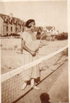 In the tennis was one of the many popular sports among women. I chose this picture because i found her outfit interesting. Style Année 20, Tennis Photography, Beach Wave Hair, Vintage Tennis, Tennis Fashion, Social Determinants Of Health, Sport Body, Super Hair, Football