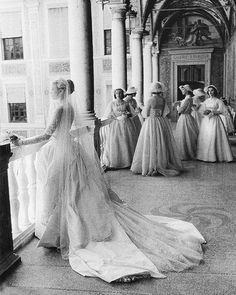 Grace Kelly and her bridesmaids by Howell Conant . april I love Grace Kelly, her name fit her so well. Princesa Anne, Princesa Beatrice, Princesa Grace Kelly, Wedding Bells, Wedding Gowns, Bridal Gowns, Grace Kelly Wedding, Wedding Styles, Wedding Photos