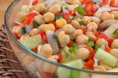 La ensalada de garbanzos es una de las más típicas en la época de verano. No sólo es rápida, económica, fácil y saludable, ¡también es contundente!