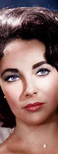 Elizabeth Taylor, A beautiful and great color photo, emphasizes her great violet eyes. Elizabeth Taylor, A beautiful and great color photo, emphasizes her great violet eyes. Viejo Hollywood, Hollywood Icons, Vintage Hollywood, Hollywood Stars, Hollywood Actresses, Classic Hollywood, Elizabeth Taylor Eyes, Photo Star, Non Plus Ultra
