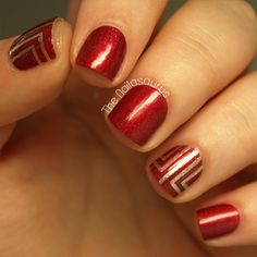 These red and gold nails are perfect for any formal event. It adds an exquisite contrast.