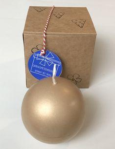 Een gouden bal als kaars. De bal is 8 cm groot en wordt veilig verpakt in een doosje. Het doosje is 10x10x10 cm. Groot, Christmas Bulbs, Holiday Decor, Kraft Paper, Christmas Light Bulbs