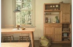 モモナチュラル 自由が丘店の画像4 -VIBO DINING TABLE & KITCHEN BOARD- 温かみのある色合いのアルダー材の家具は、布張りのイスや暖色系のファブリックとも相性がいいのが特徴。ダイニングをほっとくつろぎのスペースに。(ほーむぺーじ)