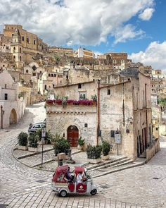 Italy is a beautiful country with a lot of tourism. Here are some awesome villages where the crowds are low and the experience is idyllic. Italy Tourism, Travel And Tourism, Visit Italy, Paris Skyline, Street View, Beautiful Places, Paisajes, Italy