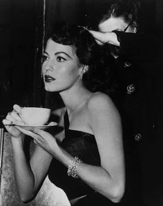 Glamour Old Hollywood style Ava Gardner Old Hollywood Glamour, Golden Age Of Hollywood, Vintage Glamour, Vintage Hollywood, Hollywood Stars, Vintage Beauty, Classic Hollywood, Retro Vintage, Hollywood Jewelry