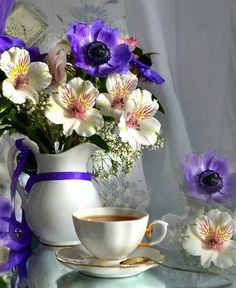 """lunamiangel: """"via Imgfave for iPhone """" Sunday Coffee, Good Morning Coffee, Coffee Cafe, Coffee Break, My Coffee, My Flower, Flower Vases, Flower Arrangements, Coffee Pictures"""