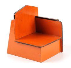 ko verzuu - ici pas de béton, mais une belle asymétrie dans cette chaise à partir de formes simples et planes