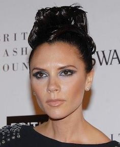 Victoria Beckham is a well known name in the fashion industry, and her signature bob look never gets old. Check out these 45 Victoria Beckham hairstyles. Stylish Ponytail, Sleek Ponytail, Stylish Hair, Celebrity Hairstyles, Hairstyles Haircuts, Victoria Beckham Makeup, Beckham Haircut, Short Hair Images, Victoria Beckham Collection