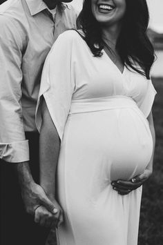 Maternity Photo Idea #maternitypictures #maternitystyle #pregnancyphoto #pregnancy