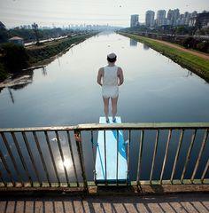 Famoso pelas intervenções artísticas e críticas que já espalhou pela cidade de São Paulo, Eduardo Srur volta ao Rio Pinheiros para protestar contra a poluição de suas águas e pedir que todos se mobilizem por sua recuperação: http://abr.ai/1viZJKW