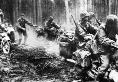 Alemão soldados da Waffen-SS em suas motocicletas BMW avançar através de uma floresta na Frente Oriental de 1941