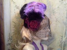 Casquete em estilo retrô com voilet, flores em tecido e plumas http://artesanne-artes.blogspot.com/