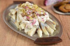 Jeden z moich ulubionych sposobów na śledzie, czyli śledzie w sosie tatarskim z dodatkiem kiszonego ogórka i marynowanych grzybków. Rewelacyjne połączenie. Potato Salad, Potatoes, Chicken, Meat, Ethnic Recipes, Food, Potato, Essen, Yemek