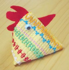 Tipu, 1 lk Vohvelikangaspujottelua, sisällä herneitä tai riisiä 1 dl. Kankaan koko on 10 x 20 cm. 1 lk:n työ Easter Crafts For Kids, Crafts To Do, Arts And Crafts, Sewing For Kids, Diy For Kids, Cute Little Things, Textile Fabrics, Easy Sewing Projects, Handicraft