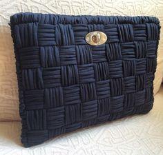 Plastik Kanvas Çanta Modelleri - Unkempt Tutorial and Ideas Bag Crochet, Crochet Clutch, Crochet Handbags, Crochet Purses, Love Crochet, Crochet Yarn, Yarn Bag, Denim Bag, T Shirt Yarn