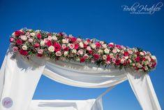 Esta elegante decoración con flores para tu gazebo es ideal para tu boda en Playa. Bodas Huatulco