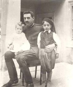 Extremely rare pic of Pavlos Melas, hero of the Greek struggle for the liberation of Macedonia, with his children in Greece Pictures, Old Pictures, Old Photos, Winston Churchill, Greece History, Greek Warrior, Greek Beauty, Roman History, In Ancient Times