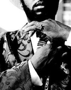 """""""The Hood"""" 黒人文化がテーマの映画8選     出典:stat.ameba.jp       1.『フライデイ』(Friday)1995      長い間愛され続けている一本です。 ラッパーのICE CUBEとクリス・タッカーがお家の近所で繰り広げる爆笑コメディ。訳のわからない連中が彷徨い、ハプニングを起こしまくる黒人地域の近所付き合いの元ストーリーが展開されていきます。 そんなリラックスした雰囲気の中にも、黒人差別や貧困などを訴えたメッセージがかい間見える一本です。 作中で二人が見せた驚きのリアクション「DAAAAAAAAAAMN!!!!!!!」は今もなお人々に愛され真似され続けています。     2.『ソウル・フード』(Soul Food)1997      とある黒人家族の家族愛と絆を描いたソウルフルな物語。 家族がそれぞれがリストラなどの問題を抱える中、家族ひとりひとりを硬く結ぶもの、それはビッグママの「ソウルフード」でした。 家の外で何があっても、家に帰ればママの美味しい家庭料理が待っている。…"""