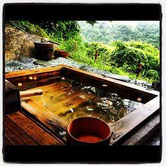 尻焼温泉@白根の見える丘の露天風呂。お好みでヒノキの塊を入れて香りを楽しみつつ