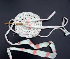 Easy to see and read instructions for making toothbrush rag rugs!