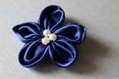 Broszka kwiat w kolorze niebieskim