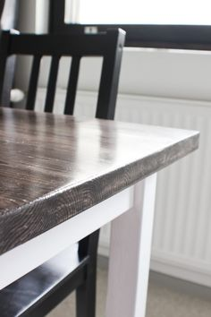 Dining room table makeover -- love the idea of two-toned staining. Wonder if I could restain mine... #diningroom