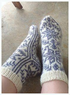 Ravelry: Russesokker pattern by Bente Myhrer and Lilly Secilie Brandal-free pattern Crochet Socks, Knitted Slippers, Wool Socks, Knit Mittens, Knitting Socks, Hand Knitting, Knitting Patterns, Knit Crochet, Norwegian Knitting
