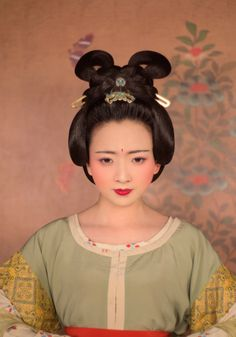 Traditional Chinese fashion in Tang dynasty style. Traditional Chinese, Chinese Style, Traditional Dresses, Chinese Fashion, Asian Style, Chinese Makeup, Dunhuang, Chinese Clothing, Ancient China