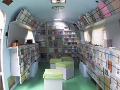 Enjoy the Bookmobile, also known as the Projet Mobilivre, which transforms a vintage airstream into a repurposed traveling bookstore gallery. Mobile Boutique, Mobile Shop, Mobile Art, Vintage Airstream, Vintage Trailers, Glamping, Mobile Library, Mobile Business, Airstream Trailers