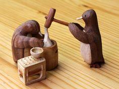 色々な木の木肌の色を生かした寄木細工です。一切染色はしていません。ペンギンの体長は約4cmです。日本の年の暮れの風物詩のひとつ餅つき。臼と杵で息を合わせて「ペッタン、ペッタン」餅をつく音が聞こえてくるとお正月なんだと実感できます。お餅の粘りを表現するのが難しかったです。逆さにしたビールケースも何気に拘っています。サイズ:約10cm×9cm 高さ 約6cm(ペンギンの身長は約4cm)素材:エン...