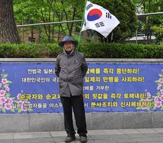 Un coreano ante la embajada de Japón pide que se reconozca a las mujeres coreanas secuestradas por los japoneses y utilizadas como esclavas sexuales durante la II Guerra Mundial.