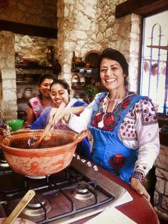 Lila Downs haciendo el tradicional mole negro.