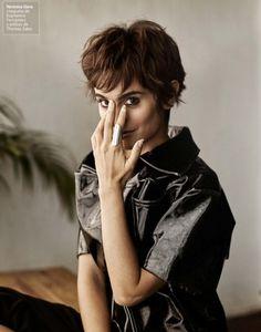 La actriz Verónica Echegui con chaqueta negra de la firma EUPHEMIO FERNANDEZ para la revista MINE