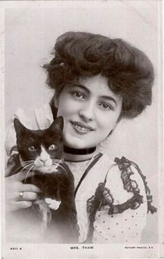 "- Evelyn Nesbit, the original ""Femme Fatale,"" & her Edwardian tuxedo cat. The girl in the red velvet swing, Evelyn Nesbit, Pictures Of People, Old Pictures, Old Photos, Belle Epoque, Vintage Photographs, Vintage Images, Vintage Pictures, Crazy Cat Lady"