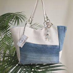 jeans recyclé et lin blanc (570 g/m²) et jeans recyclé, réversible en lin fleur bleue froissé (310 g/m²). Format idéal pour vos dossiers, classeurs ou ordinateur portable.  Ce sac dispose à l'intérieur dune grande poche (L : 20cm x H 21 cm), des anses en lin blanc (570 g/m²) de 50 cm avec anneaux en acier nickelé et mousqueton en métal argent, protection antirouille. Les pieds de sac extérieur sont en acier nickelé.  Taille : LxHxP: 30x30x15 cm  Nettoyage en machine à 30° dans ...