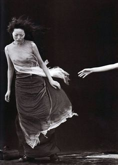 A Windy Summer - Vogue Italia May, 1999 - Photographer: Peter Lindbergh - Model: Fernanda Tavares Peter Lindbergh, Photos Black And White, Black And White Photography, Black White, White Art, Poses, Jean Paul Goude, Kreative Portraits, Annie Leibovitz