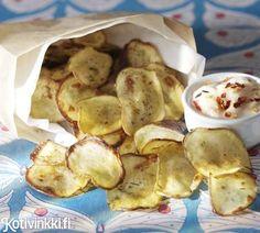 Tee itse perunalastuja! Rapsakat ja herkulliset perunalastut valmistuvat hetkessä. Nautitaan pirteän chilidipin kanssa. Katso ohjeet ja tee itse! Potato Recipes, Snack Recipes, Cooking Recipes, Healthy Recipes, Party Food And Drinks, Party Snacks, Bakery, Chips, Appetizers