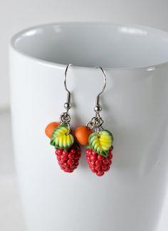 Boucles d'oreilles, baies sauvages, création en polymère Fimo, framboises et petits fruits d'arbres avec une petite feuille verte dégradée.