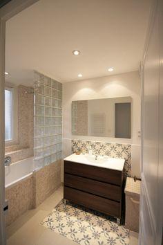 salle de bain, briques de verres, carreaux de ciment: ensemble très chargé... Bcp trop même! Mais intéressant à voir sur l'utilisation des pavés de verre