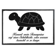 Fußmatte Druck Schildkröte seitlich aus Velour  Schwarz - Das Original von Mr. & Mrs. Panda.  Die wunderschönen Fussmatten von Mr. & Mrs. Panda sind etwas ganz besonderes. Alle Motive werden von uns entworfen und konzipiert und jede Fussmatte wird von uns in unserer Manufaktur selbst bedruckt und liebevoll an euch verschickt. Die Grösse der Fussmatte beträgt 50cm x 70cm.    Über unser Motiv Schildkröte seitlich  Unsere süße Schildkröte trottet fröhlich durch die Welt.     Verwendete…