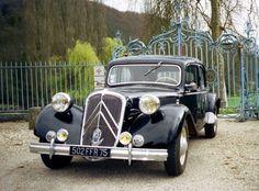 Citroën Traction Avant 15-Six D 1951 (calandre tolement chromée 7/1948, grands et gros enjoliveurs chromés de jantes 10/1949, nouveaux pare-chocs la forme des lames droite et moulurée avec 2 butoirs verticaux 6/1950, inversion du motif ailé du monograme sur la calandre aile droite sur aile gauche 6/1950)