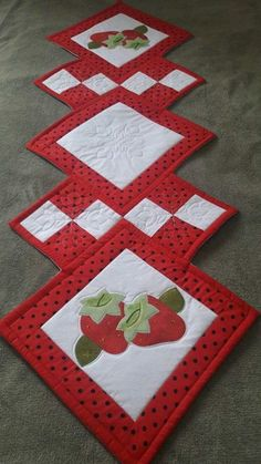Patchwork Table Rail-Strawberries at Patchwork Table Runner, Table Runner And Placemats, Table Runner Pattern, Quilted Table Runners, Quilting Projects, Quilting Designs, Sewing Projects, Quilted Table Toppers, Star Quilt Patterns