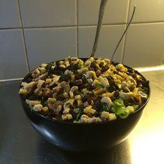 Reilun 3 litran iltapalasalaatti munilla, juustolla, pähkinöillä ja siemenillä.