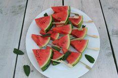 Watermeloen ijsjes maak je makkelijk zelf. Lekker als snack, fruitmomentje of toetje.