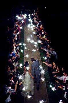 Sparkler send-off: i det brudeparet for later festen og skal inn i bryllupsnatta!