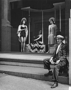 Andreas Feininger Altman's, at and Fifth Avenue, New York, 1940 Types Of Photography, Amazing Photography, Street Photography, Henri Cartier, Celebrity Photographers, Street Portrait, Vintage Display, Historical Photos, Black And White Photography